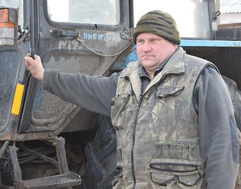 Уже не первый год трудится в ОАО «Следюки» механизатор Руслан Рябычин
