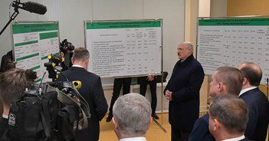 Александр Лукашенко посещает завод газетной бумаги в Шклове