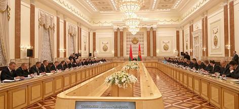 В поисках мер по обеспечению устойчивости - Лукашенко проводит совещание по АПК Витебской области