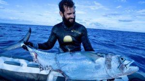 Парень поймал рыбу, но за улов пришлось сразиться с тремя акулами (видео)