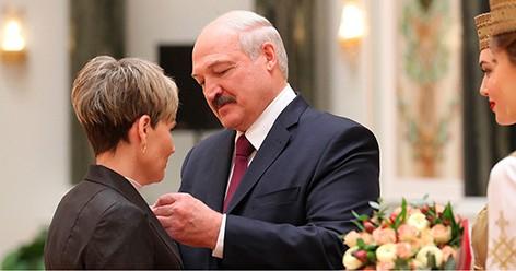 """""""Спасибо за все, что делаете для страны и народа"""" - Лукашенко вручил госнаграды и генеральские погоны"""