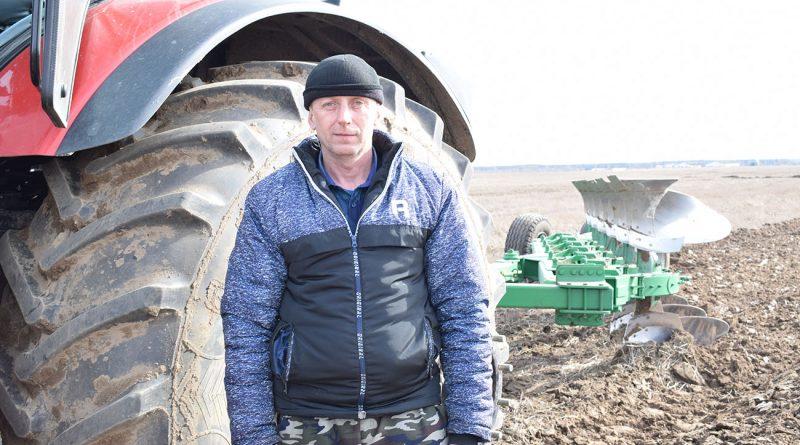 Тракторный гул в поле