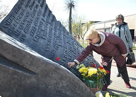 34-я годовщина со дня трагедии на Чернобыльской атомной электростанции собрала быховчан на Октябрьской площади (фото)