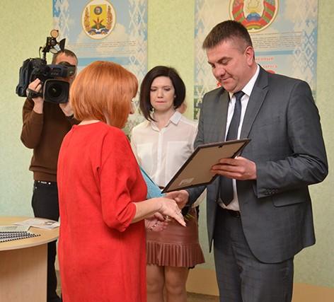 Газету с подписью Президента передали ученику Быховской гимназии