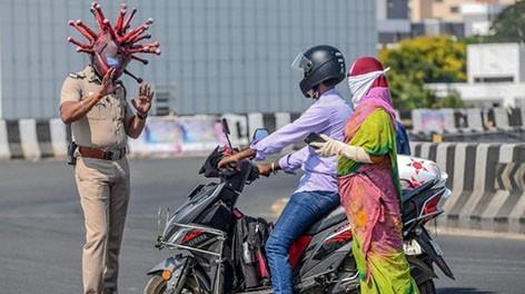 Полицейский в Индии с креативом подошел к борьбе с нарушителями карантина