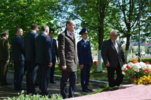 Быховчане возложили цветы к памятному знаку в честь 65-летия Победы и братской могиле советских воинов и партизан (фото)