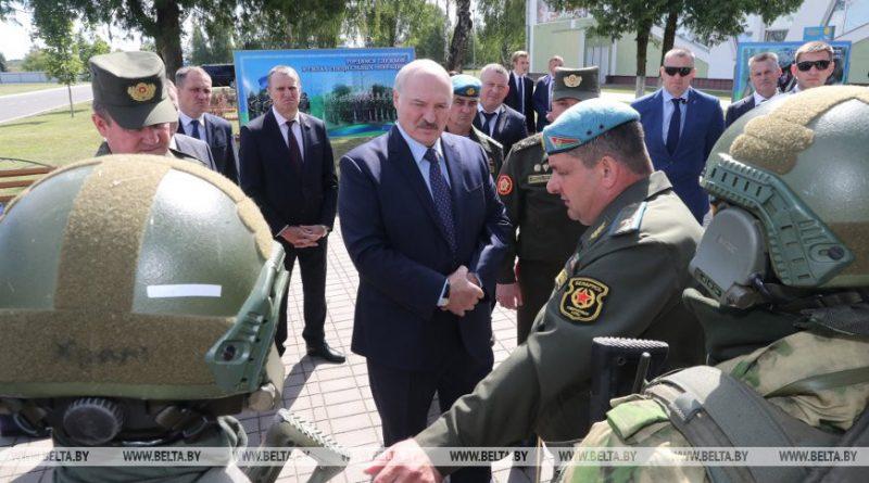 Новая форма, снайперские винтовки и экспозиция об афганцах - что Лукашенко показали в 5-й бригаде