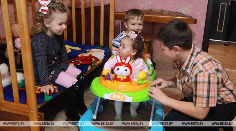 В Беларуси почти 87 тыс. многодетных семей открыли счета по программе семейного капитала