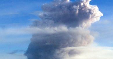 Вулкан Эбеко выбросил пепел на высоту 4 км — есть опасность для авиации